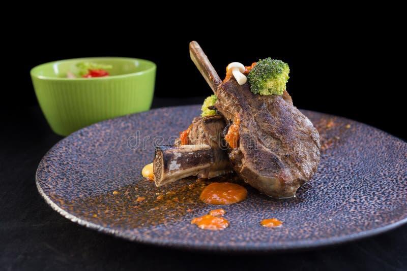 用卤汁泡与BBQ调味汁在热的木炭Gril的猪排 免版税库存照片