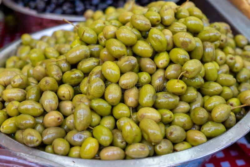 用卤汁泡的绿橄榄在农夫市场上卖了 免版税图库摄影