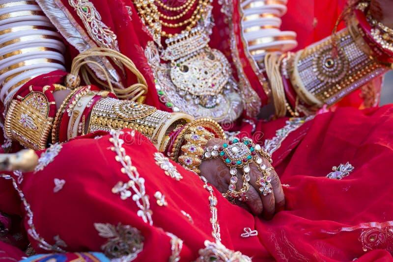 用印地安新娘的无刺指甲花样式装饰的美好的女孩手 Jaisalmer,印度 免版税库存图片