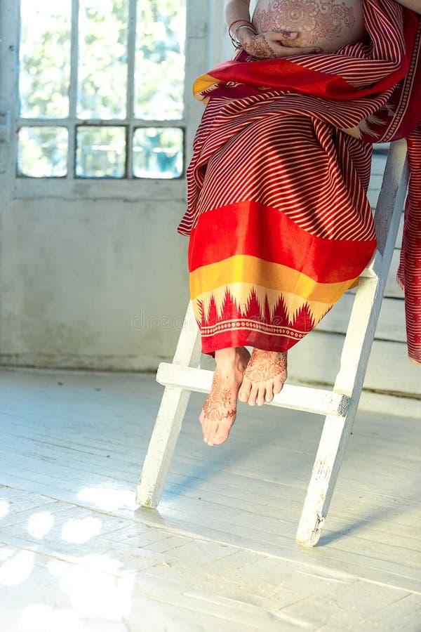 用印地安mehandi被绘的无刺指甲花装饰的腿 免版税库存照片