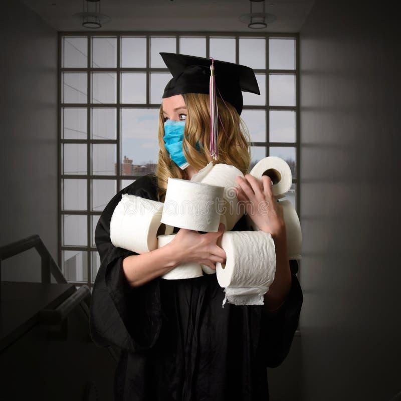 用厕纸毕业的风趣高级肖像 免版税库存照片