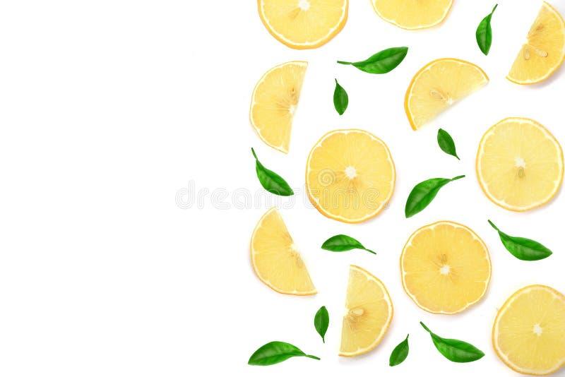 用叶子和切片装饰的柠檬隔绝在与拷贝空间的白色背景您的文本的 平的位置,顶视图 图库摄影