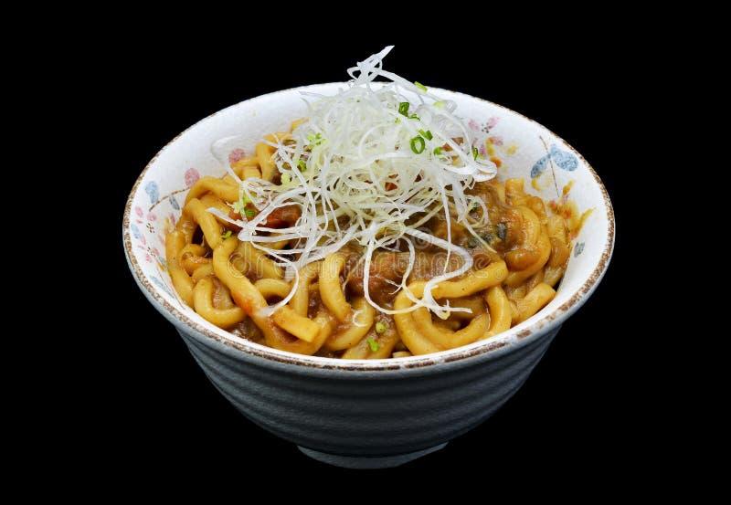 用咖哩粉调制乌龙面或日本面条用咖喱在碗 日本传统烹调 免版税库存图片