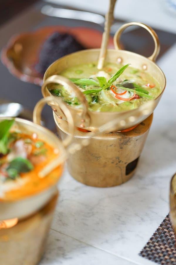 用咖哩粉调制绿色 鸡绿色咖喱是非常普遍的泰国食物a 库存图片