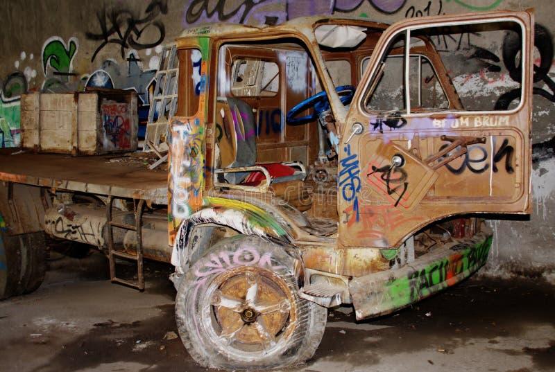 用喷壶吹捧党装饰的卡车 免版税库存照片