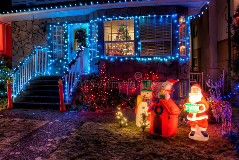 用圣诞灯装饰的之家 库存图片