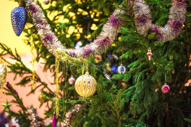 用圣诞节玩具、诗歌选和球装饰的活云杉室外,新年 库存图片