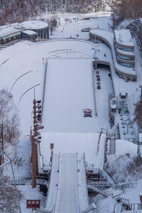 用在冬天季节的雪盖的跳高滑雪体育场 免版税库存图片