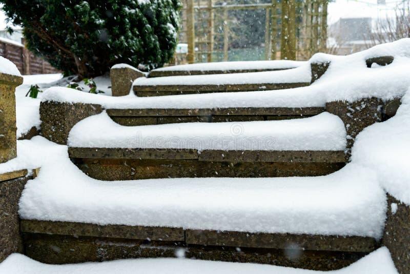 用在冬景花园的雪盖的楼梯 库存图片
