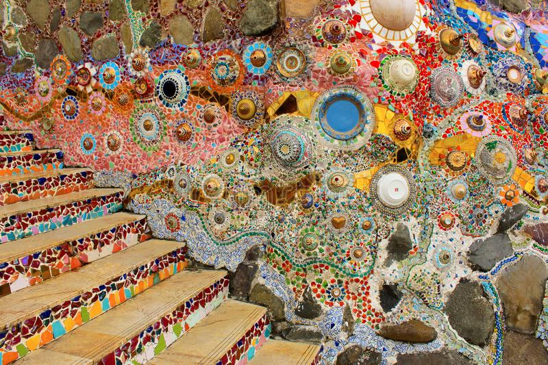 用在大厦中的五颜六色的马赛克设计和楼梯装饰的墙壁在Pha Sorn Kaew,Khao Kor,碧差汶府,泰国 图库摄影