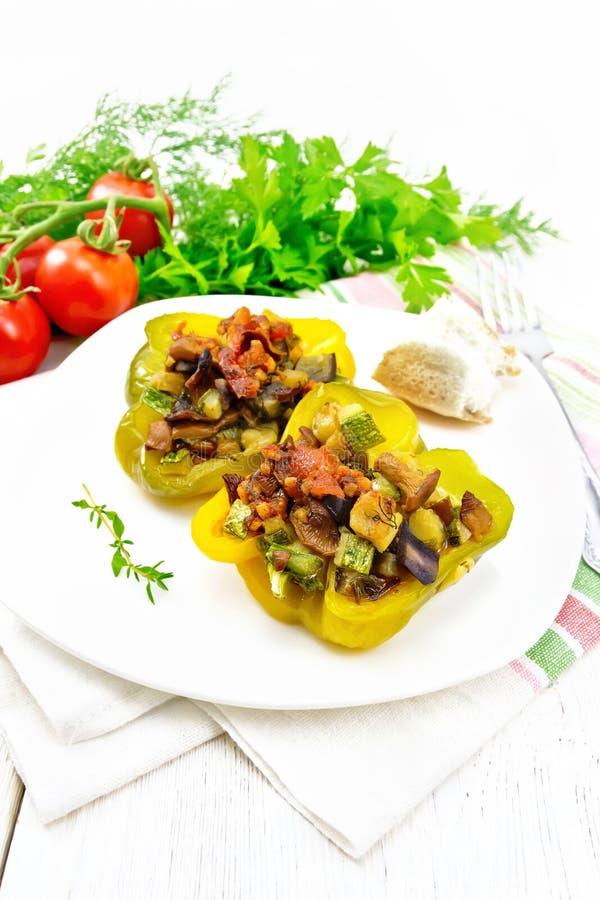 用在板材的菜充塞的胡椒在轻的木板 库存照片