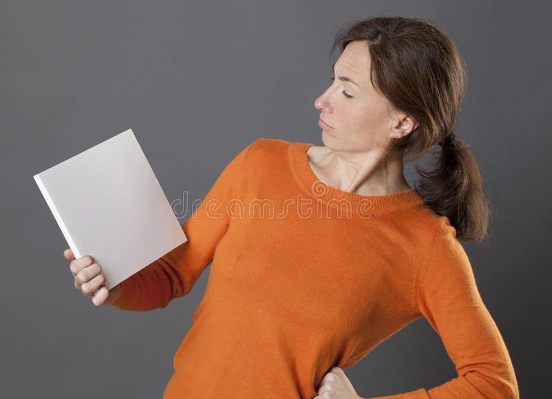 用在臀部的手判断询问的信息的重要妇女 库存图片