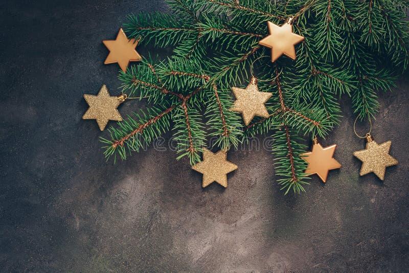 用在黑暗的织地不很细土气背景的金星装饰的冷杉木分支 圣诞节假日构成 观看从上面, 库存图片