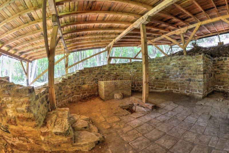 用在fisheye透视的木屋顶盖的古老堡垒废墟 免版税图库摄影
