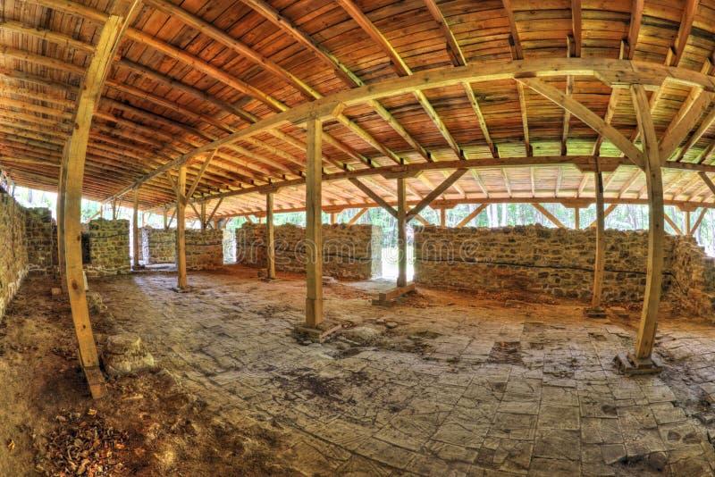 用在fisheye透视的木屋顶盖的古老堡垒废墟 库存照片