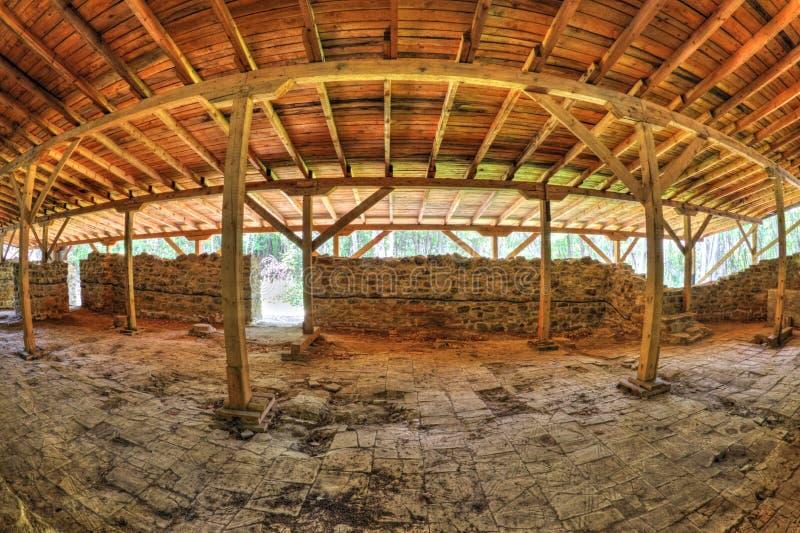 用在fisheye透视的木屋顶盖的古老堡垒废墟 免版税库存图片