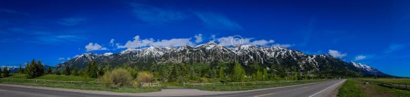 用在horizont的雪盖的美好的全景盛大Tetons山部份在华美的蓝天期间 免版税库存图片