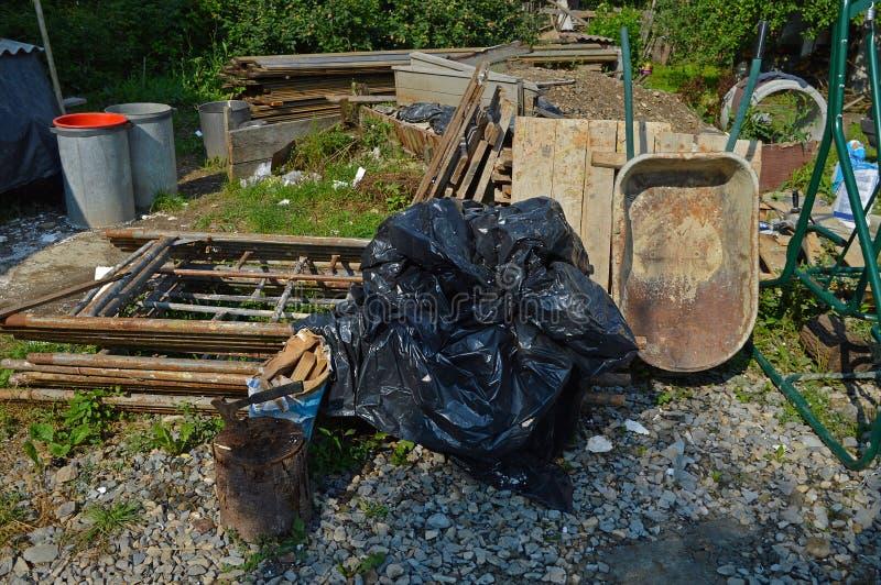 用垃圾盖的庭院 免版税库存照片