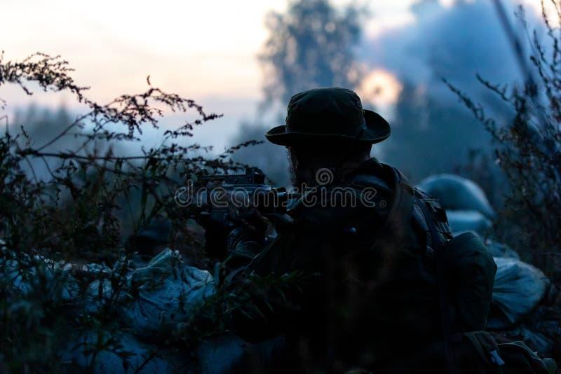 用大口径武装的狙击手队,狙击步枪,在范围的射击的敌对目标从避难所,坐在埋伏 库存图片