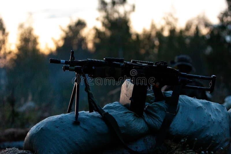 用大口径武装的狙击手队,狙击步枪,在范围的射击的敌对目标从避难所,坐在埋伏 免版税库存照片