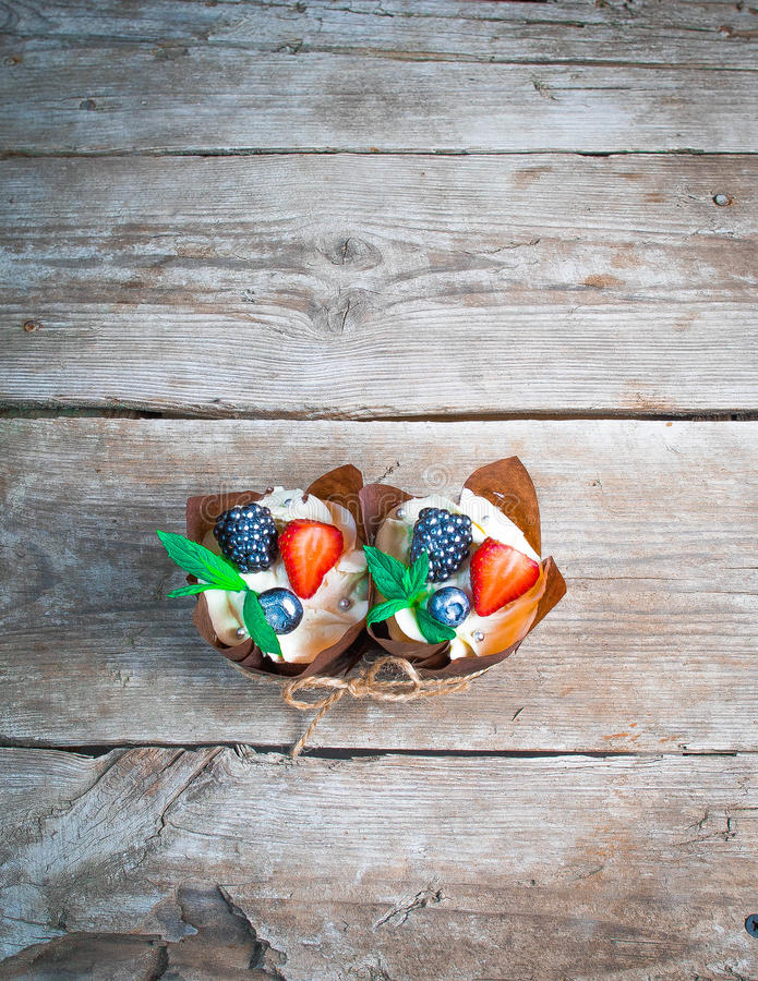 用奶油装饰的可口,甜杯形蛋糕,巧克力奶油,桂香,可可粉 装饰用新鲜,自然,有机果子, sug 图库摄影