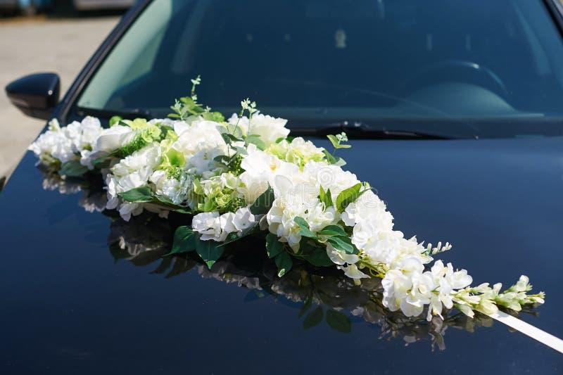 用婚姻新娘和新郎的汽车的花装饰 库存照片
