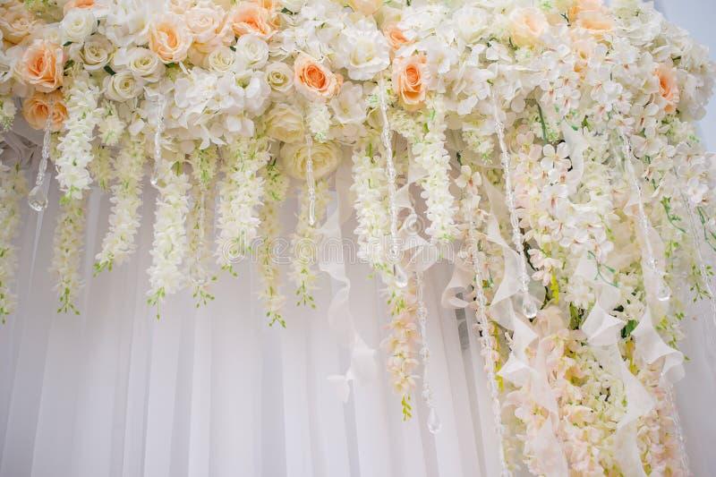 用婚礼的花装饰的美丽的曲拱 免版税库存照片