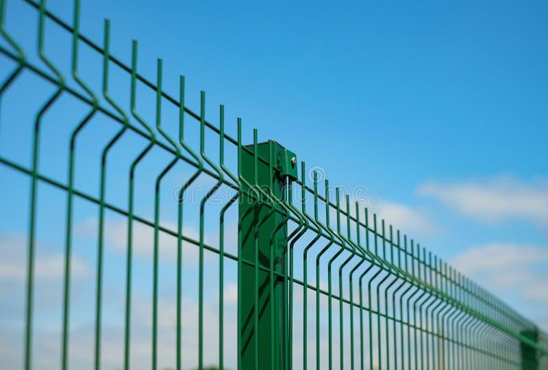 用导线做的钢刺耳篱芭在蓝天背景 部分操刀的设施 库存图片