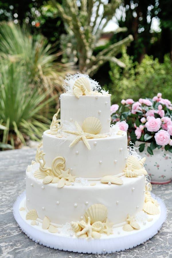 用小杏仁饼壳和海星装饰的婚宴喜饼 库存照片