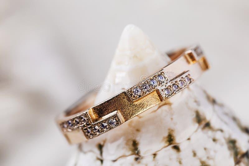 用小金刚石装饰的美好的女性金戒指 图库摄影