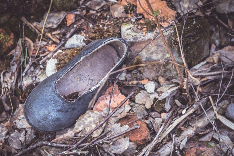 用尘土盖的孩子的鞋子 免版税库存图片