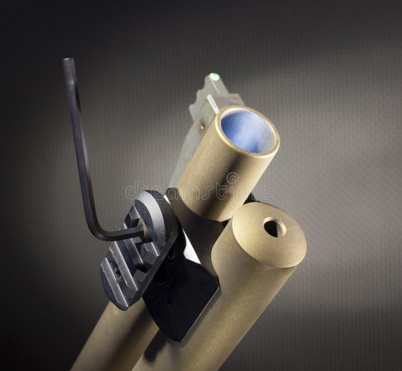 用工具加工拉紧在猎枪的一台weaponlight适配器 免版税图库摄影