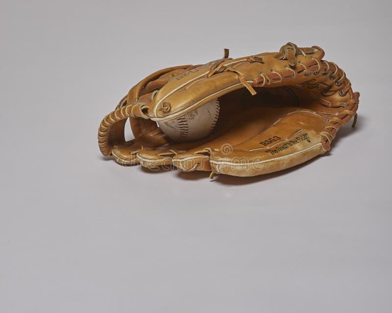 用左手的棒球手套- 库存照片