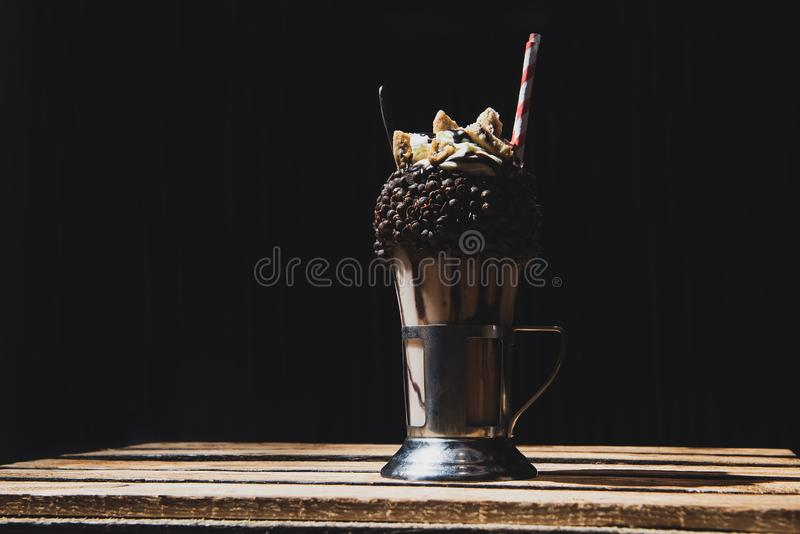 用巧克力片盖的奶昔 黑背景 免版税库存图片