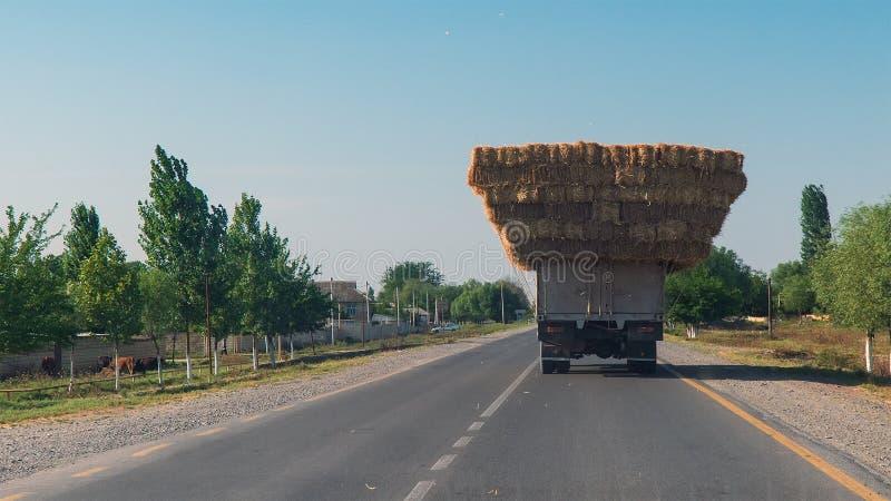 用干草装载的卡车在路 库存图片