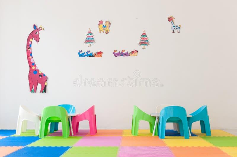 用彩虹颜色装饰的儿童居室 免版税库存图片