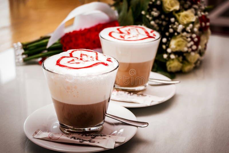 用心脏咖啡装饰的两杯 饮料在情人节 库存图片