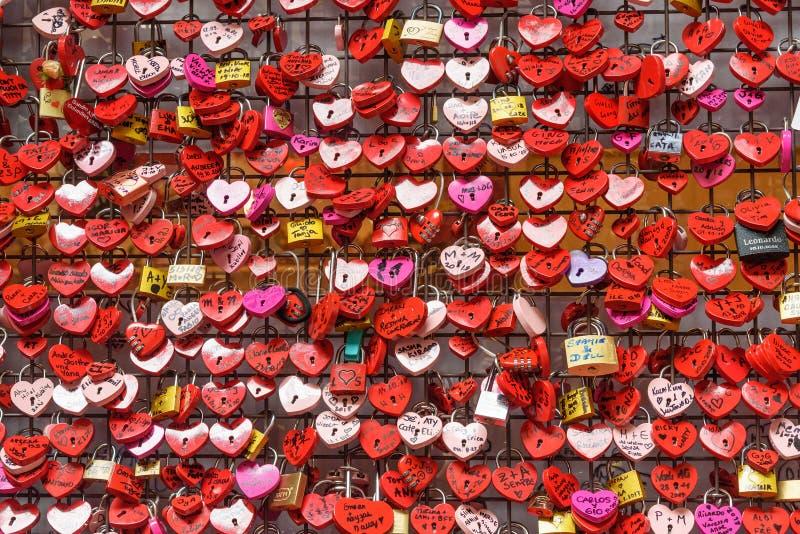 用心脏锁的墙壁充分报道的一部分在朱丽叶房子或Casa di Giulietta 维罗纳 E 免版税库存图片