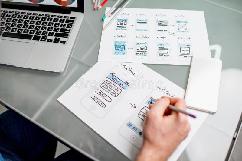 用户工作在办公室的经验设计师 库存图片