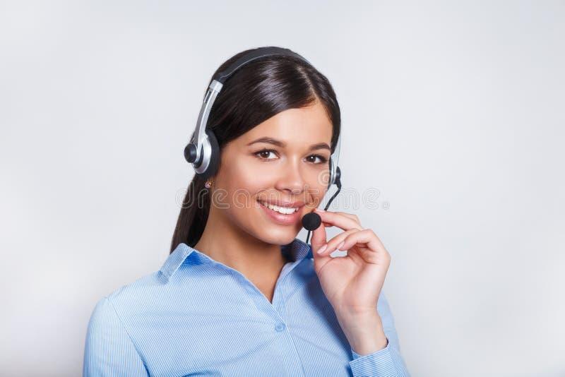 用户支持耳机的电话操作员,有口号或正文消息的空白的copyspace区域的,在灰色背景 免版税图库摄影