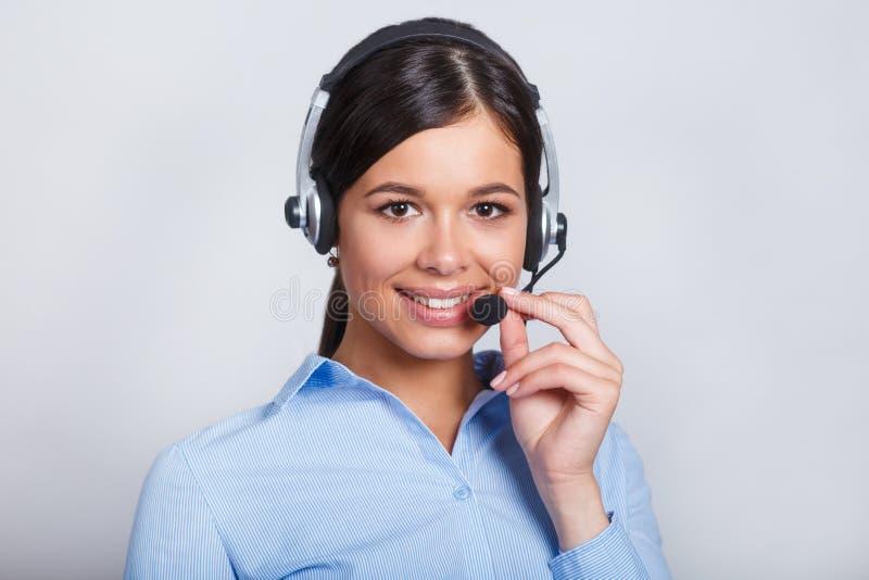 用户支持耳机的电话操作员,有口号或正文消息的空白的copyspace区域的,在灰色背景 库存图片