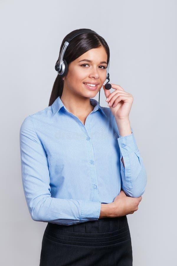 用户支持耳机的电话操作员,有口号或正文消息的空白的copyspace区域的,在灰色背景 免版税库存照片