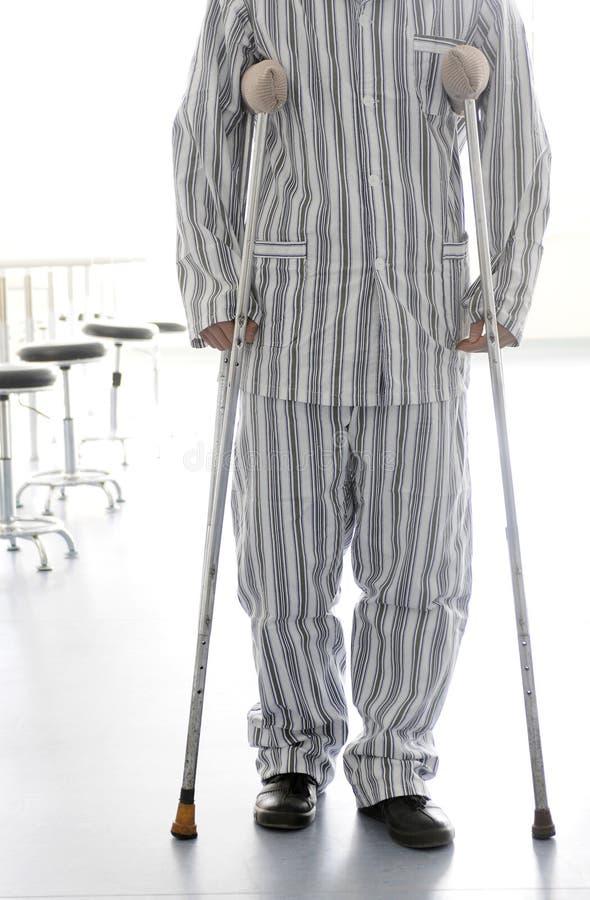 用拐杖支持患者走 免版税库存图片