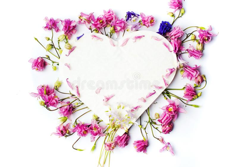用新鲜的春天花装饰的心脏形状 库存图片