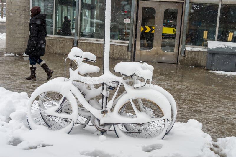 用新鲜的雪盖的自行车 库存图片