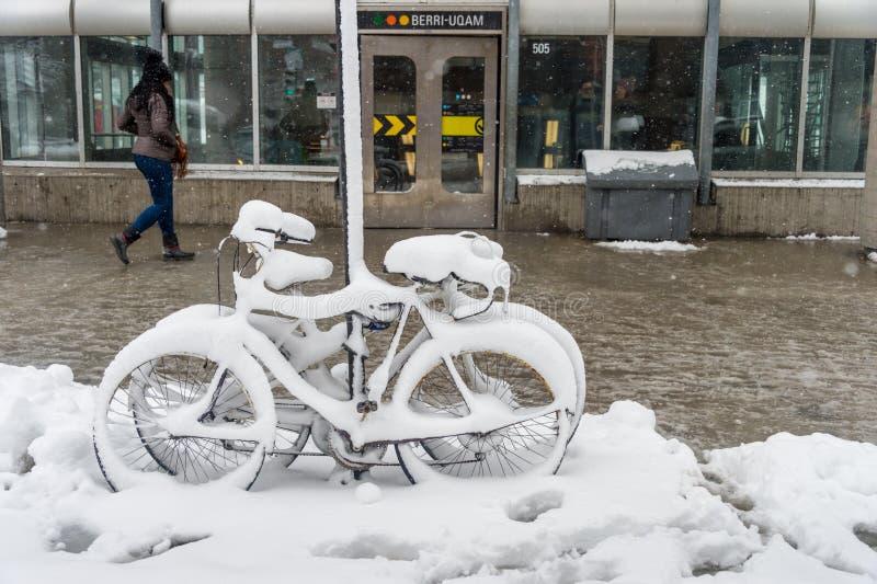 用新鲜的雪盖的自行车 图库摄影