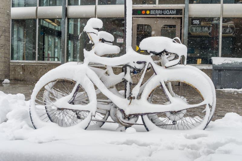 用新鲜的雪盖的自行车 库存照片