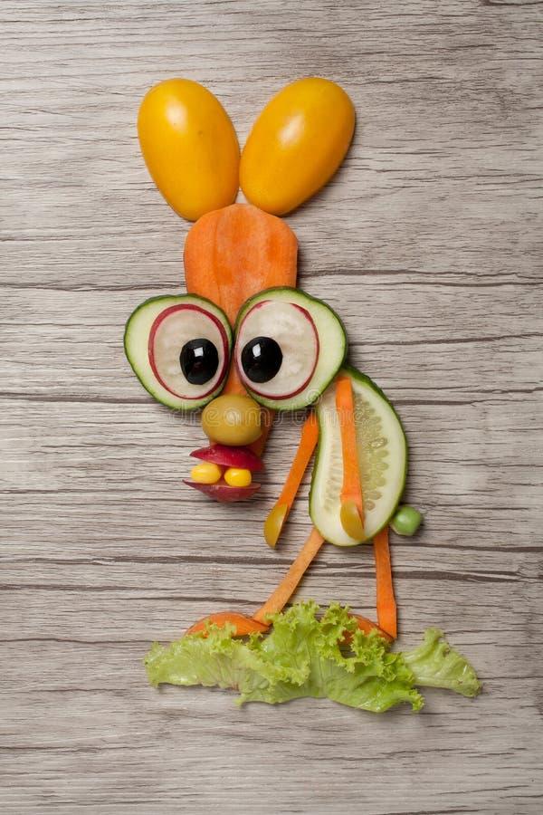 用新鲜蔬菜做的滑稽的兔子 图库摄影