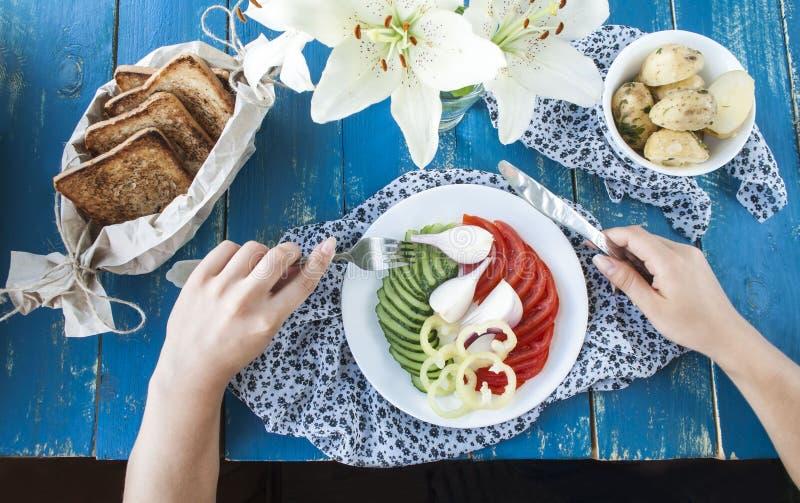 用早餐与菜,顶视图,妇女的手, 免版税库存图片