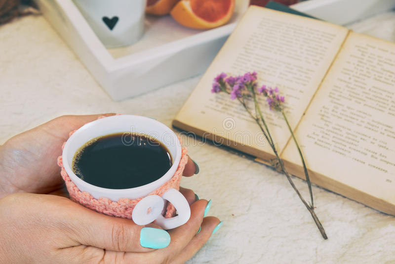 用早餐在床上用热的咖啡和蛋白杏仁饼干 库存照片